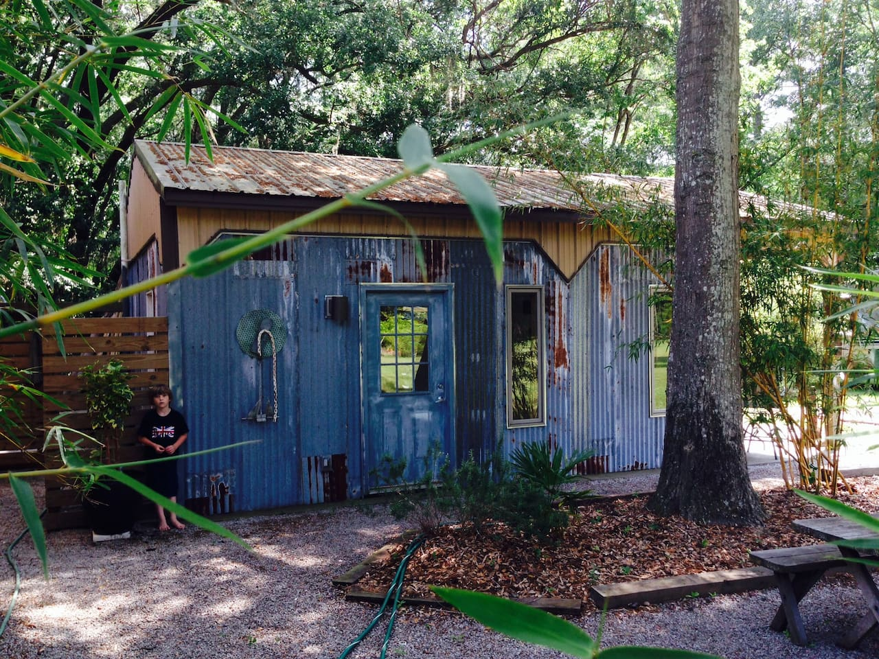 Come stay at our cute, comfortable fishing shack - privately located under beautiful Oak trees.  Don't forget to roast some marshmallows over the huge fire pit!