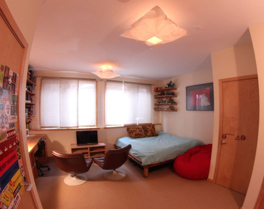 The room for rent - Spacious and quiet with a king size bed