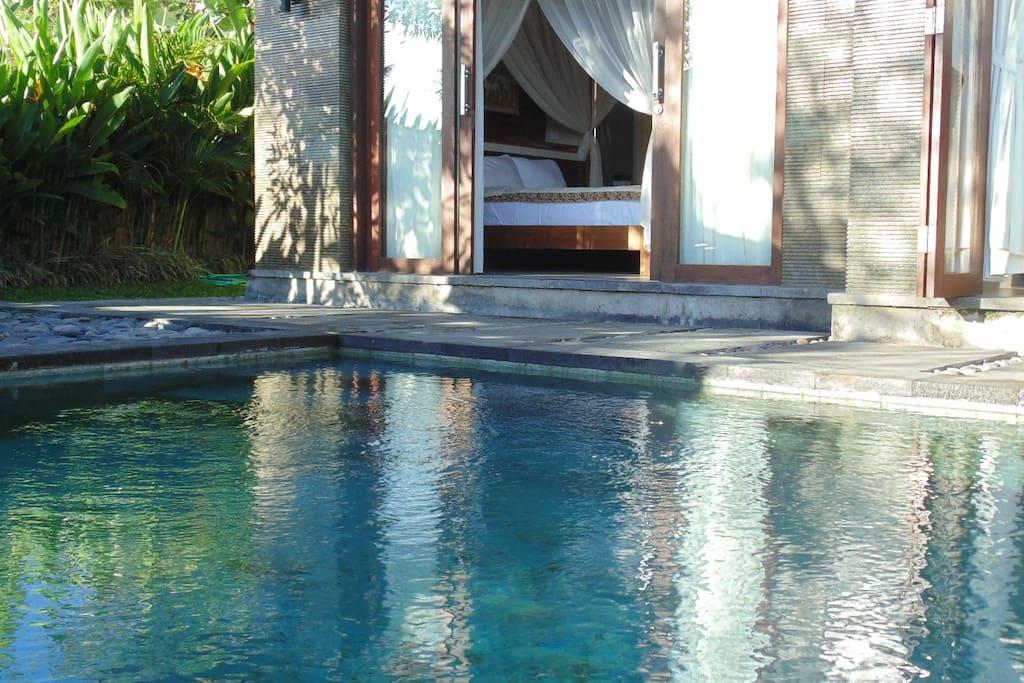Chambre ouverte sur la piscine privative