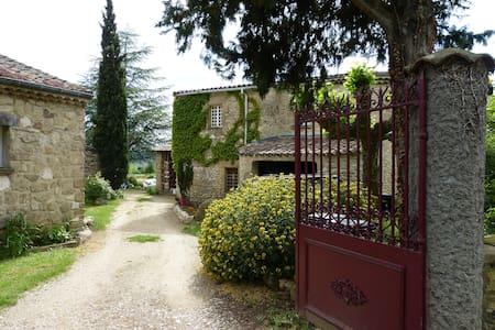 Chambre d'hôtes dans belle propiété en pierre - Ourches - Huis