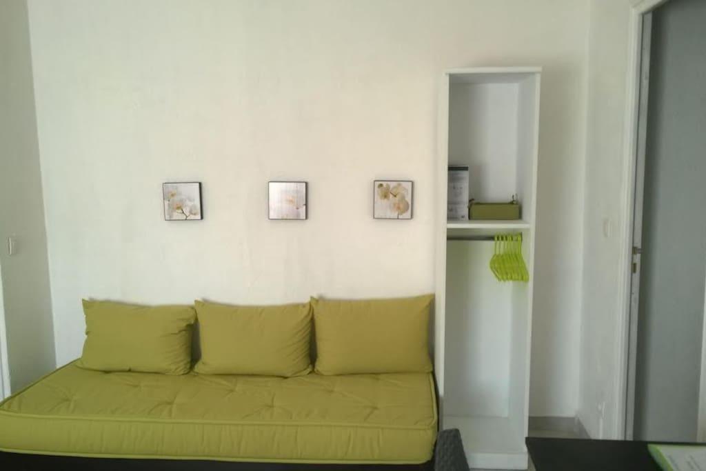 Espace Salon de la chambre.