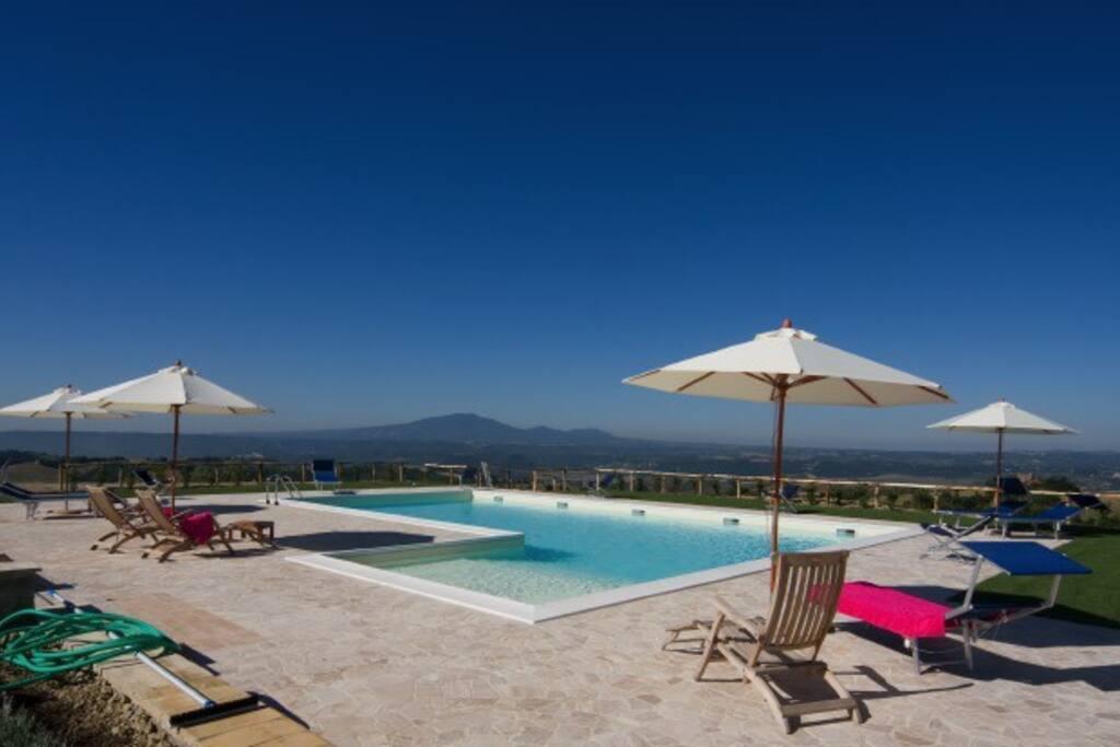La piscina e la sua magnifica vista panoramica.