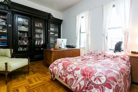 A large airy bedroom on the parlour floor facing a quiet back yard. Our home is an early 20th Century townhouse is located within walking distance of Prospect Park and the Brooklyn Botanic Garden. Easy access to Manhattan.