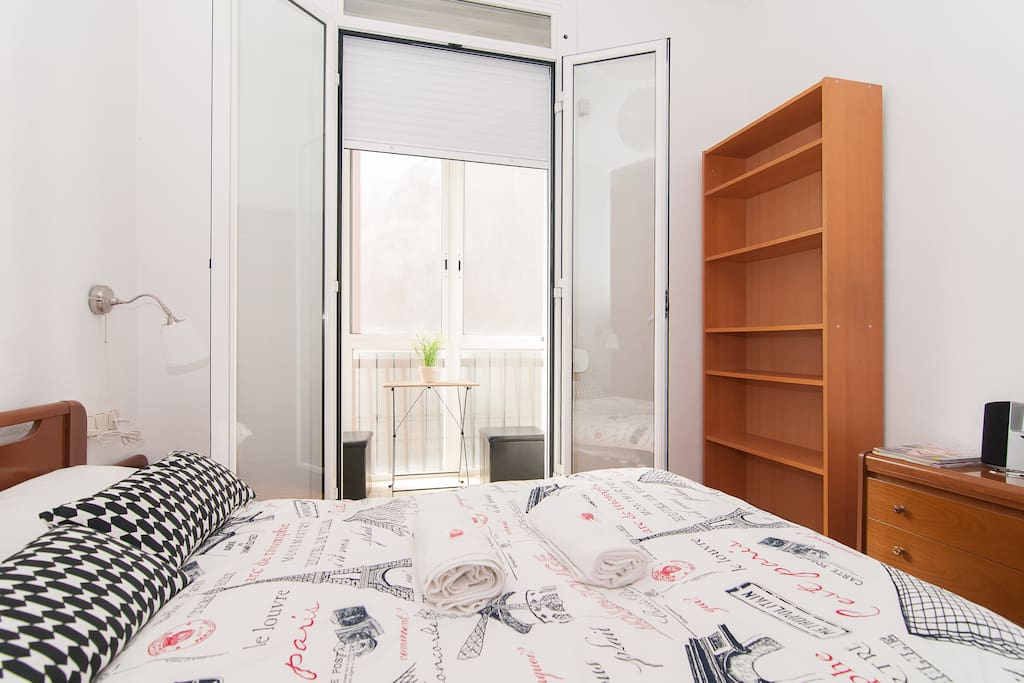 Has inside a bright gallery, ideal for breakfast, to chat over a glass of wine, and have seen a music, you can select the color of the ligts in the room.Its a very quiet, comfortable,romantic, and light with plenty space