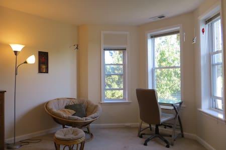 Spacious Bedroom in Row House - Washington - House