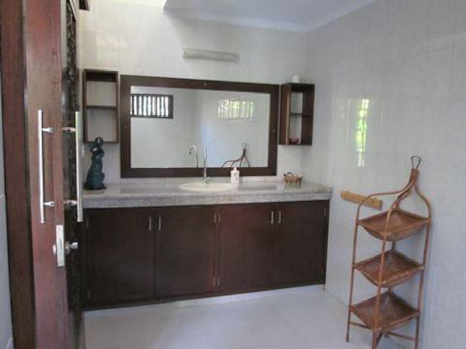 Badkamer met douche ligbad en toilet