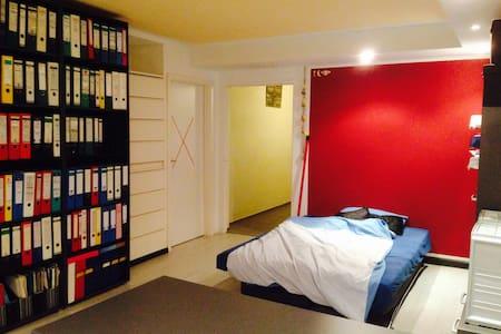 Nettes Zimmer im Souterrain - House