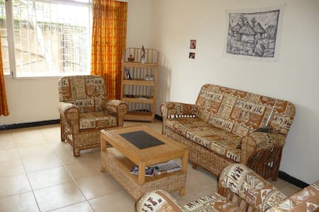 Sunshine House, secure, spacious Double, internet - Kampala - Casa