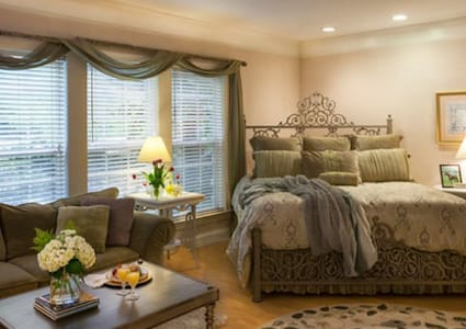 Tryon's Butterfly Creek Inn: Grand Tryon Room - Haus