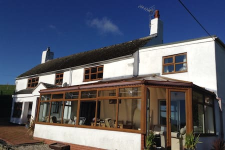 Old Welsh Farmhouse - Coedpoeth - Bed & Breakfast