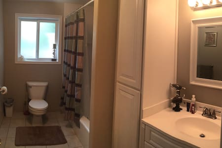 Private bed and bath in Providence - House