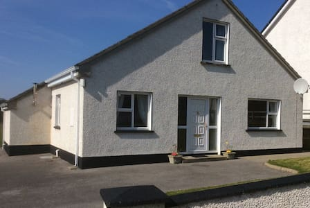 4 bed house central to Donegal town - Casa