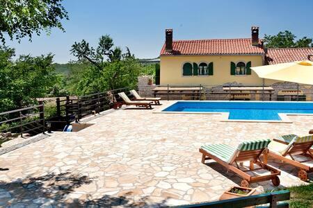 Beautiful, 120-year old stone house - Labin - Hus