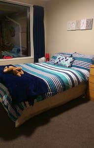 Sunny double room in 2 bedroom townhouse - Christchurch - Rekkehus