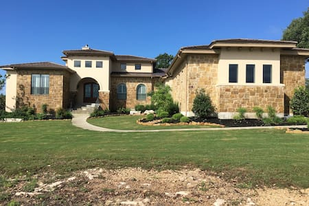 Quiet back bedroom in gated Hill Country home. - New Braunfels - Casa
