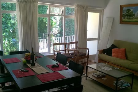 Room in sunny, peaceful apartment - wifi, parking - Lejlighed
