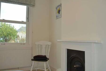 Compact double, Cowley Road Cottage - Oxford - House