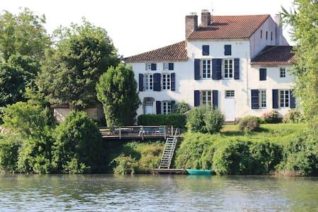 Les Tabacs luxurious riverside gîte - Villa