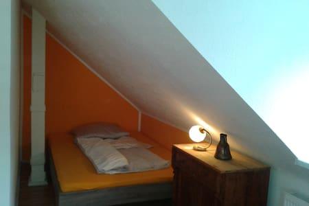Mansarden - Zimmer nahe der Messe für 1-2 Personen - Adosado