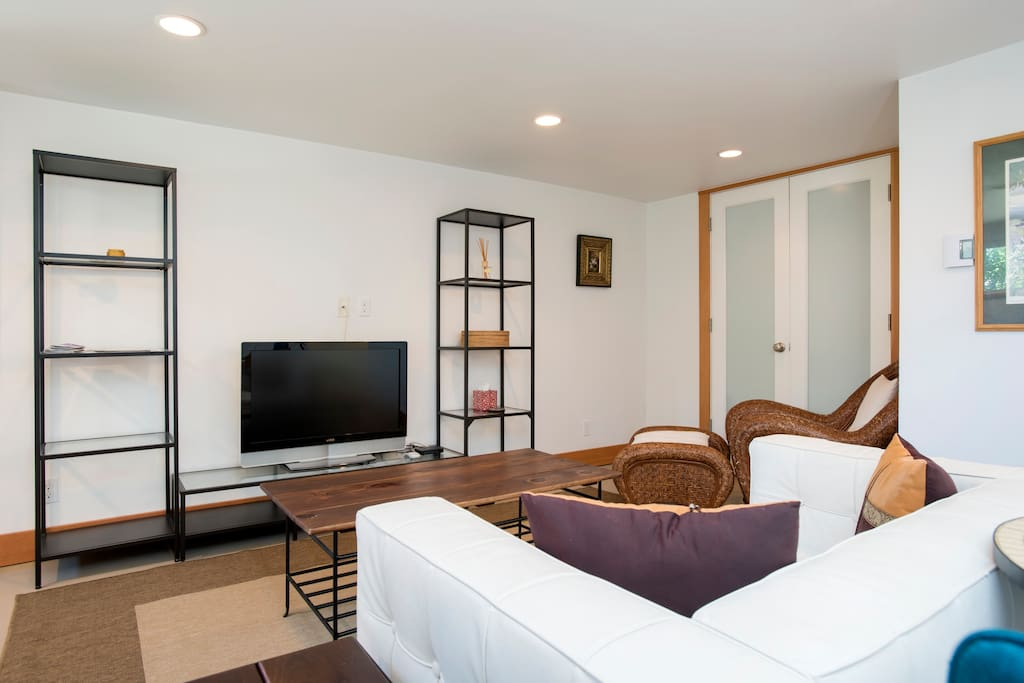 Mother in law apartment queen bed apartments for rent for Mother in law apartment