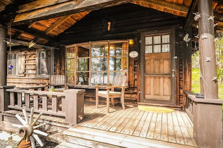 Muskoka lakeside private sleeping cabin with porch - Huntsville