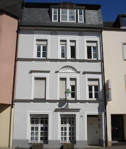 Ruhige City Fewo mit Garten und Stellplatz - Apartment