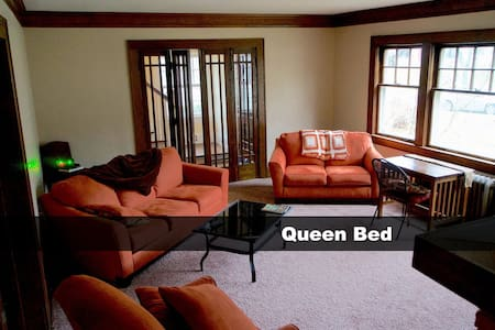 Charming West Akron Home ( Queen ) - Talo