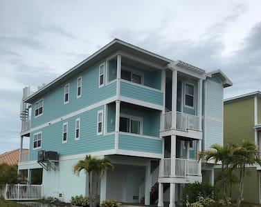 1/2 block to beautiful island beach - Condominium