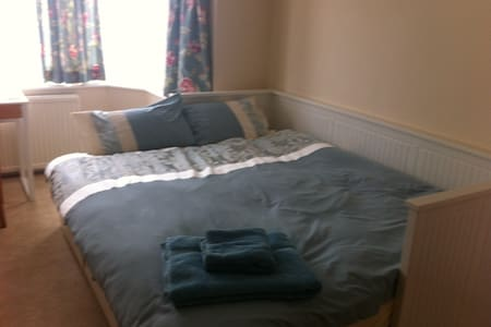 Spacious Double with Free Parking & Breakfast - House