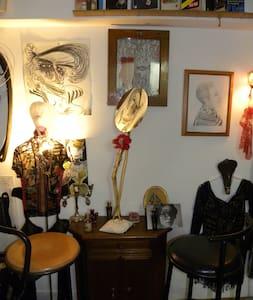joli studio centre ville + charme excentrique - Byt