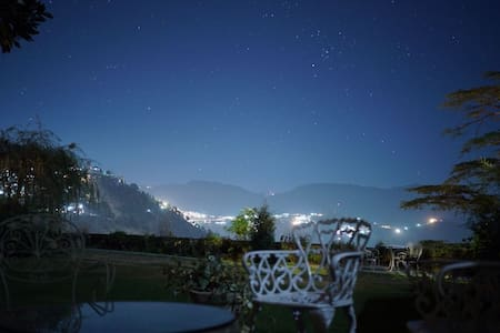 |Spacious room| Stunning view from lawn & balcony - Shimla - Heritage-Hotel (Indien)