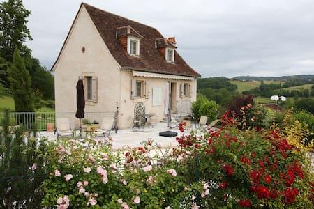 BELLE MAISON ANCIENNE AVEC PISCINE ET TERRASSE - Meyssac - House
