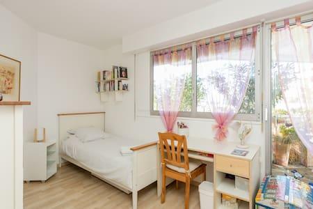 Une chambre très lumineuse/balcon - Apartment