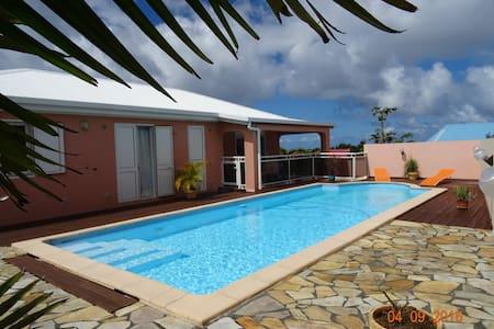 BAS DE VILLA DE 50 m² AVEC PISCINE, A LA REUNION - Villa