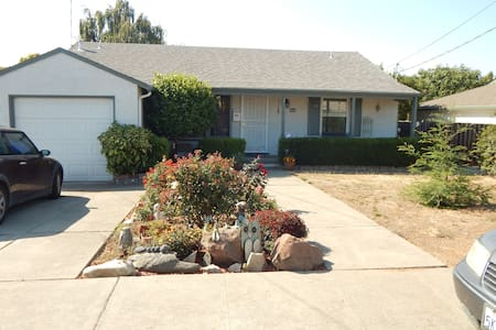 Clean,warm,private room in funky,classic,40's home - Castro Valley - Casa