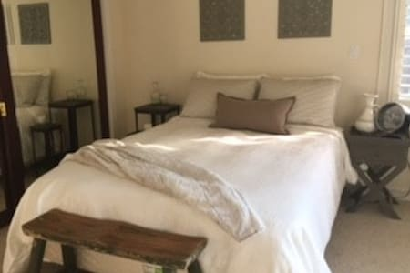 Elegant master suite, Saratoga home away from home - 獨棟