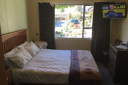 Tidy self contained sleep-out :) - Albert Town