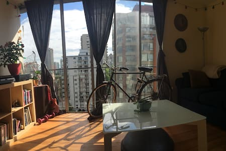 Cozy, Central, Top Floor Apartment in West End - Vancouver - Apartment