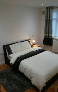 Double Rooms in Modern Flat, Great Links - Kingston upon Thames