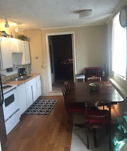 Cozy 2bd Apartment 4 Blocks from UM Stadium - Appartement