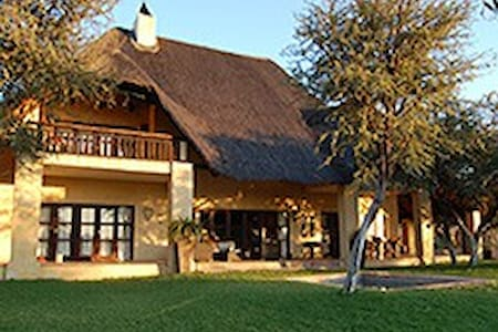 Thatched lodge in the Kalahari - Haus