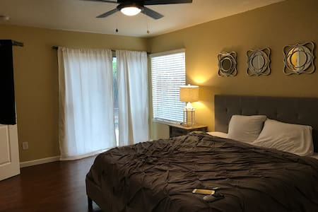 Large Comfy NE Modesto 3 bed 2 bath + 2 car garage - Modesto - House