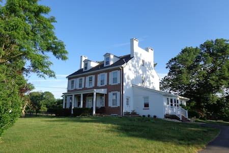 Historic Farmhouse on 85 acres, Working Horsefarm - Casa