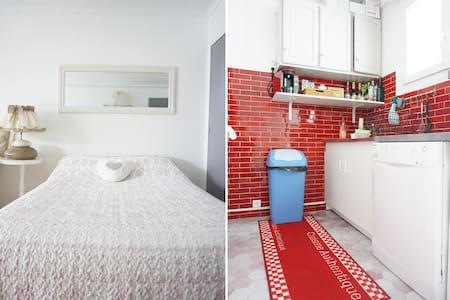 STUDIO bord de MER & vue PORT -WIFI - Fréjus - Apartment