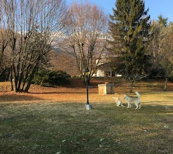 Villa nel verde, ai piedi della montagna - Villa