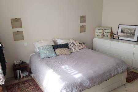 Chambre très confortable, immeuble de caractère - Apartament