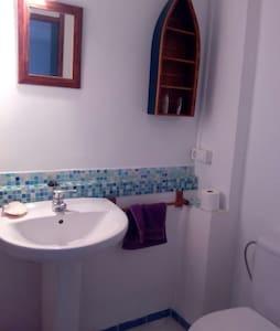 Habitación 2 camas con ducha. - House