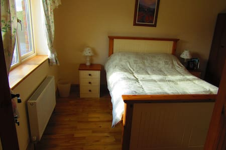 Cosy home in the heart of Ireland private parking. - Bungalow
