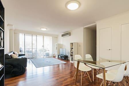 Spacious Room With Private Bathroom Close to CBD - Rosebery - Apartmen