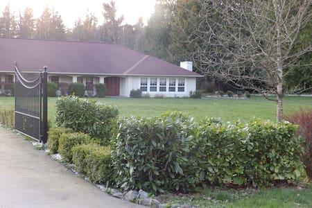 Attached Cottage at Cedars Inn - Arlington - Bed & Breakfast